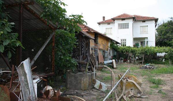 Почистване на двор и къща