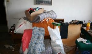 Изхвърля мебели и дрехи