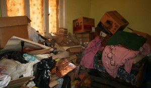 Изхвърля стар багаж и мебели