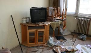 Стар ТВ шкаф за изхвърляне