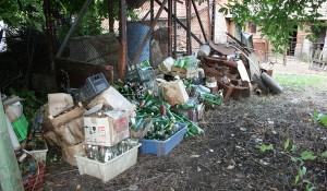 Почистване на двор от боклуци