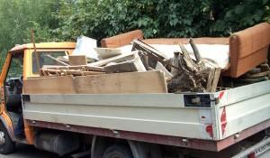 Фирма изхвърля стари мебели в София