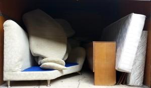 Фирма за изхвърляне на стари мебели