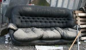 Фирма за изхвърляне на кожен диван