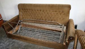 Изхвърля стари дивани