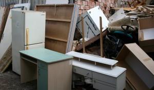 Евтино изхвърля стари мебели в София