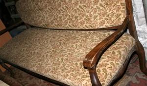 Фирма изхвърля стар диван